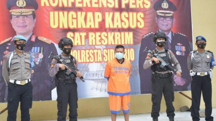 Polisi menunjukkan tersangka yang berhasil ditangkap setelah kabur ke Gresik seusai melakukan penganiayaan, Senin (8/2/2021) (surya.co.id/m taufik)