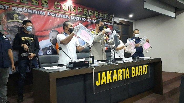 Polres Jakarta Barat gelar konferensi pers kasus pencabulan anak tersangka AS (49) kepada anak tirinya, Jumat (16/7/2021).