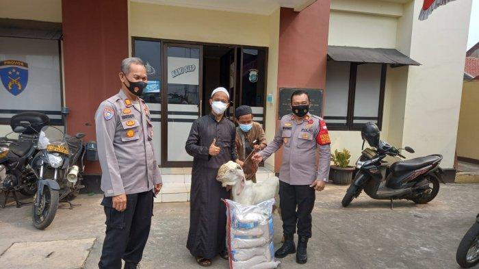 Perkuat Silaturahmi, Polsek Bojonggede Berikan Dua Hewan Kurban ke Pesantren