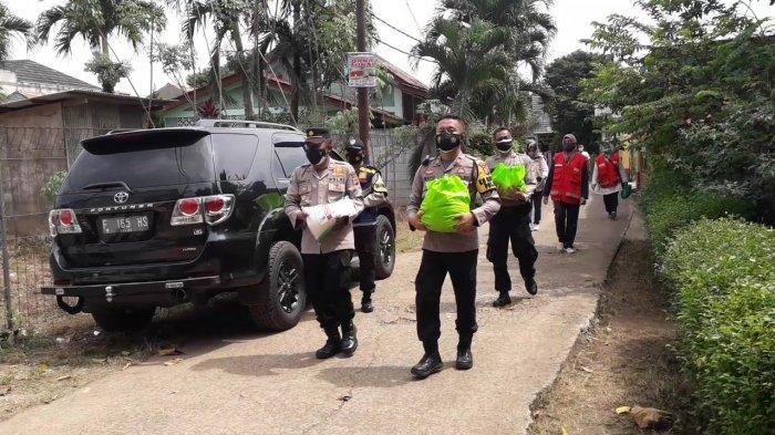 Polisi Bagikan 325 Paket Sembako ke Warga Isoman di Citeureup, Sukaraja, Cibinong dan Babakan Madang