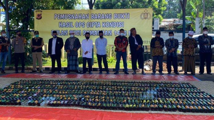 Jelang Lebaran, Polsek Cileungsi Musnahkan 8.930 Botol Miras Hasil Operasi Selama Ramadhan 2021