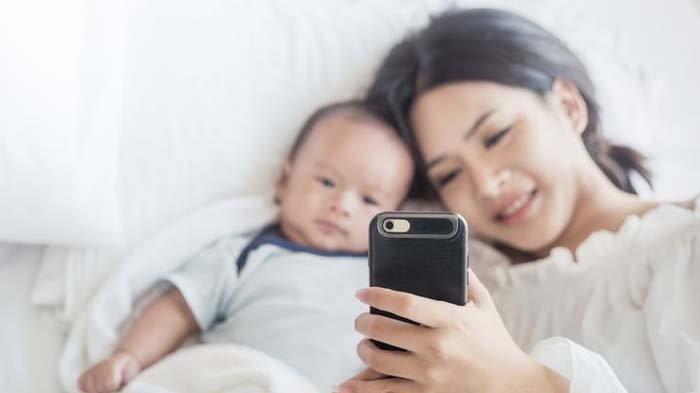 Sering Tak Disadari, Ini 3 Dampak Buruk Jika Orangtua Sering Main Ponsel di Dekat Anak