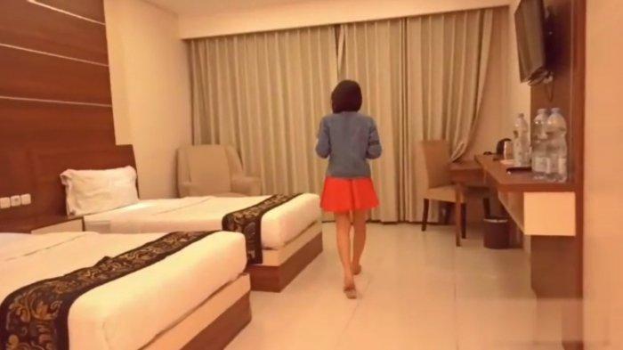 Potongan gambar beredarnya sebuah video mesum sebuah pasangan di sebuah kamar hotel.