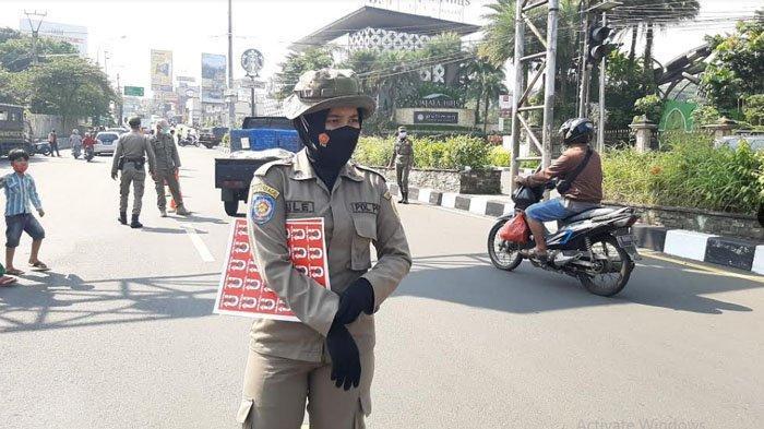 Hari pertama Pemberlakuan Pembatasan Kegiatan Masyarakat (PPKM) Darurat, petugas gabungan melakukan penyekatan di Simpang Gadog, Ciawi, Kabupaten Bogor, Sabtu (3/7/2021).