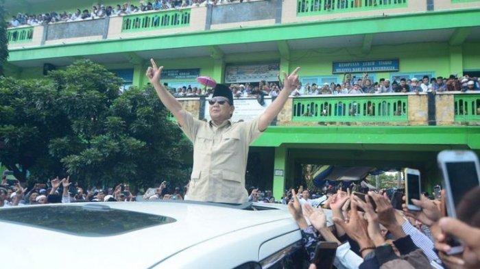 Pulang dari Masjid, Prabowo Dapat Pesan dari Rakyat : Tolong Selamatkan Indonesia