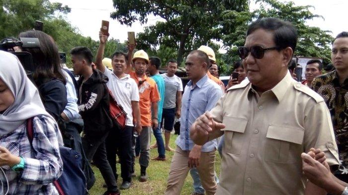 Prabowo Subianto Nyoblos di TPS 17 Bojong Koneng Bogor, Warga Berebut Foto