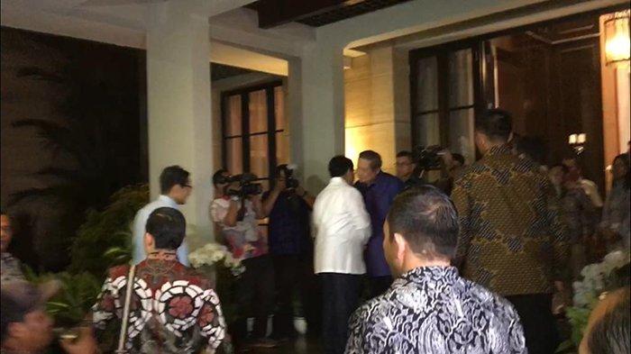 Turun Dari Mobil, Ini yang Dilakukan Sandiaga Uno saat Bertemu SBY