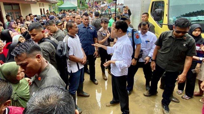 Tengok Korban Longsor di Sukajaya Bogor, Jokowi Kehujanan hingga Beri Bantuan