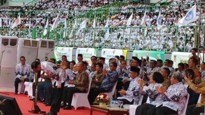 Beri Hormat, Presiden Jokowi Bungkukan Badan Dihadapan Ribuan Guru