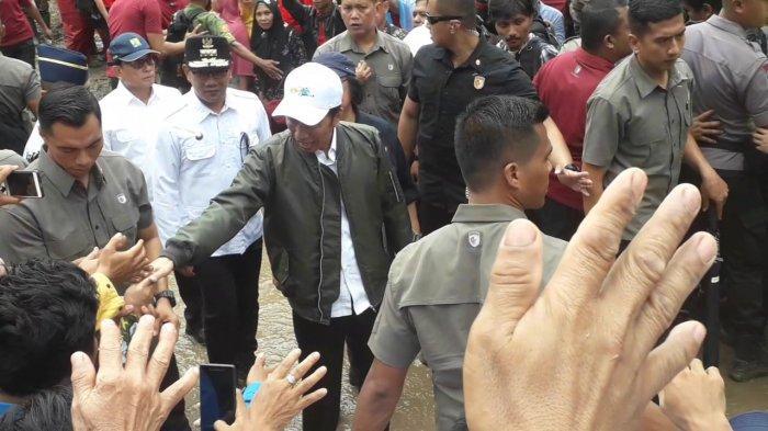 Jokowi Bagikan Buku dan Kaos di Lokasi Bencana Sukajaya Bogor, Warga Histeris: Sini Pak !
