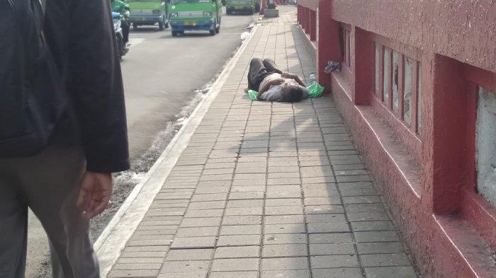 Seorang Pria Dievakuasi ke RSUD Kota Bogor Setelah Berhari-hari Berbaring di Trotoar