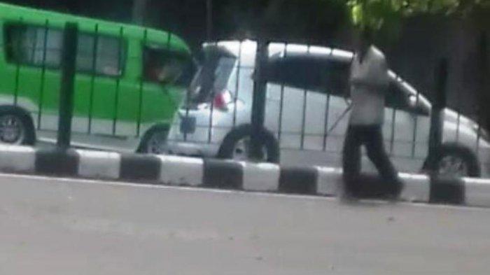Pria dengan Kaki Dirantai di Bogor, Berjalan Dari Stasiun Bogor ke Arah Jalan Sudirman