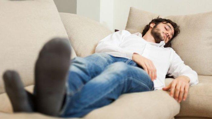 Sering Tidur di Sofa? Waspada Efek Buruk ini Bagi Kesehatan Tubuh