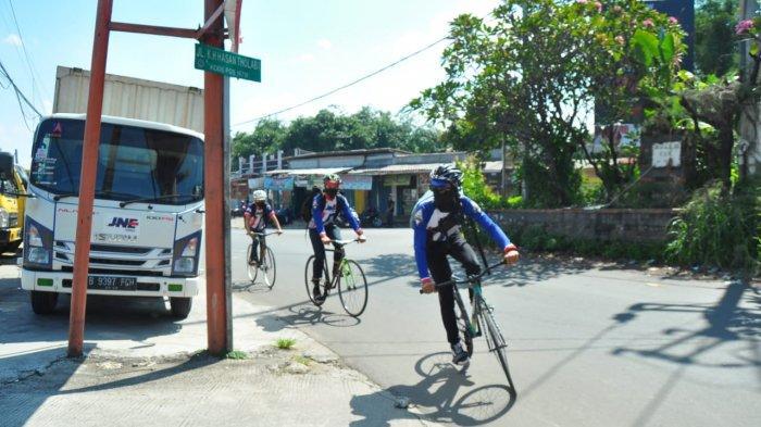 Cerita Kurir JNE Susuri Kota Antar Paket Kepada Konsumen Pakai Sepeda : Menyenangkan