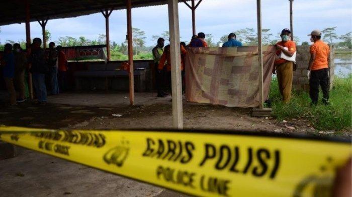 Proses evakuasi mayat wanita tanpa busana di semak-semak Jalan Raya Pepen Pakisaji, Kabupaten Malang pada Selasa (23/3/2021).