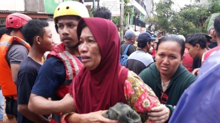 Pasangan Suami Istri Lansia di Cipinang Melayu Terjebak Banjir, Istri Meninggal, Suami Kritis