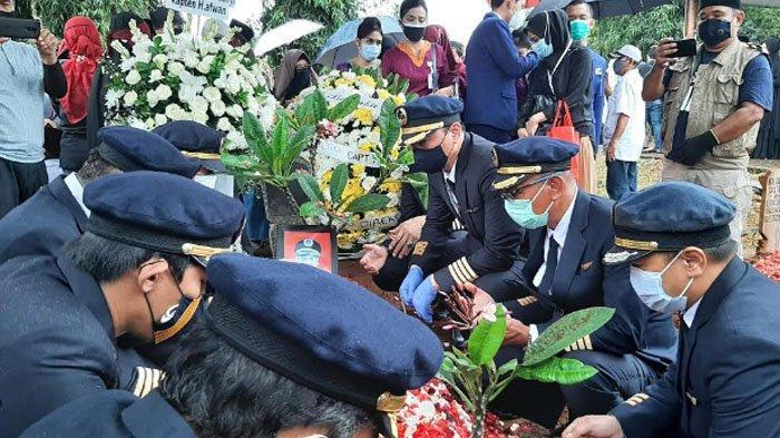 Prosesi pemakaman Pilot Sriwijaya Air SJ-182, Captain Afwan dipenuhi para Pilot sebagai tanda penghormatan.