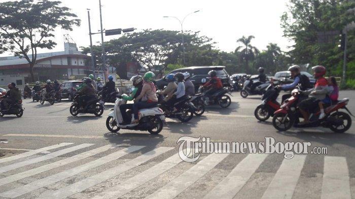 Info Lalu Lintas - Arus Kendaraan di Simpang Pemda Cibinong Ramai Lancar