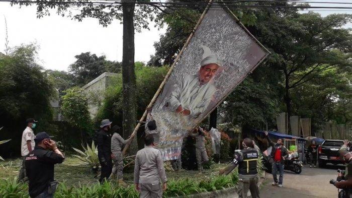 Baliho Habib Rizieq di Kabupaten Bogor Dicopot Aparat Gabungan Secara Bertahap