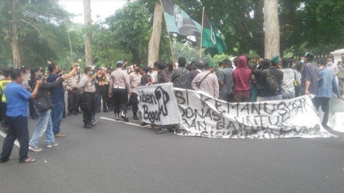 Mahasiswa di Bogor Kembali Demo Tolak Omnibus Law, Polisi Pasang Kawat Berduri
