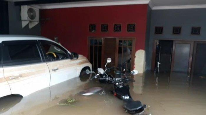 Puluhan Mobil dan Motor Masih Terendam Banjir di Tangsel