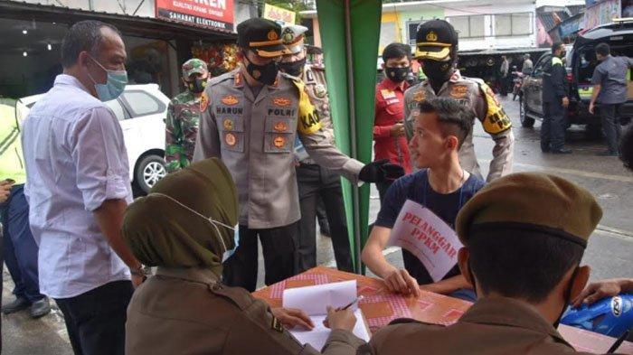 Puluhan warga kedapatan langgar protokol kesehatan (prokes) dalam operasi gabungan Pemberlakuan Pembatasan Kegiatan Masyarakat (PPKM) di Babakan Madang, Kabupaten Bogor, Rabu (3/2/2021).