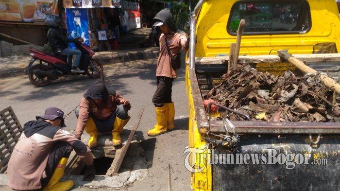 Petugas Kesulitan Bersihkan Drainase karena Banyak Pipa dan Kabel di Gorong-gorong
