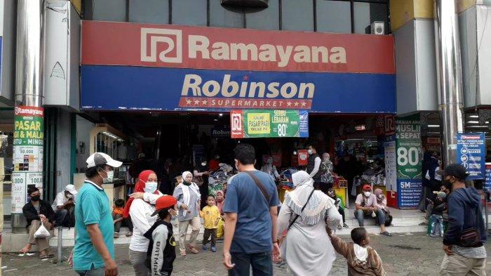 Jelang Lebaran 2021, pusat perbelanjaan Ramayana Pasar Anyar Kota Bogor diserbu masyarakat.