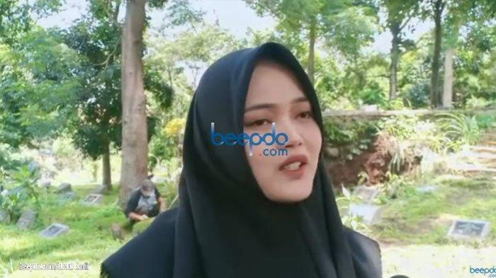 40 Hari Wafatnya Lina, Putri Delina Menangis di Makam Ibunda, Bicara Soal Hasil Autopsi dan Menyesal