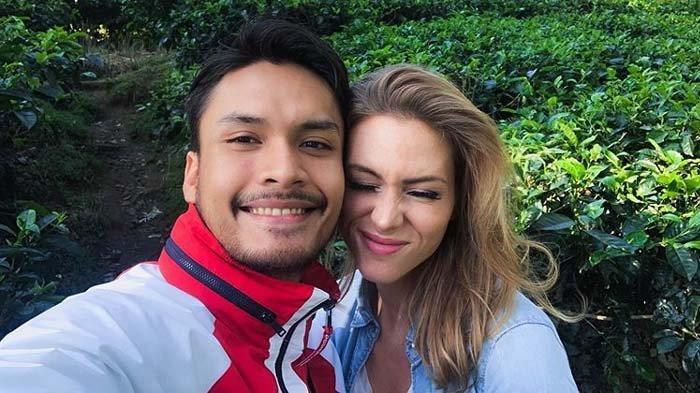 Randy Pangalila Pasrah Mobilnya Terendam Banjir, Lakukan Ini Bareng Istri di Atas Genting : Romantis