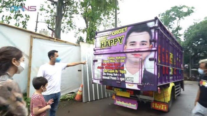 Raffi Ahmad melihat gambar wajahnya di truk pak Mamat