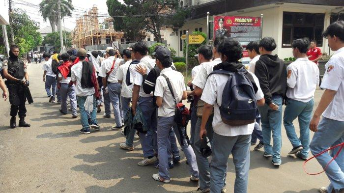 Hendak Berangkat Demo ke Jakarta, Polisi Hentikan Langkah Ratusan Pelajar di Cibinong