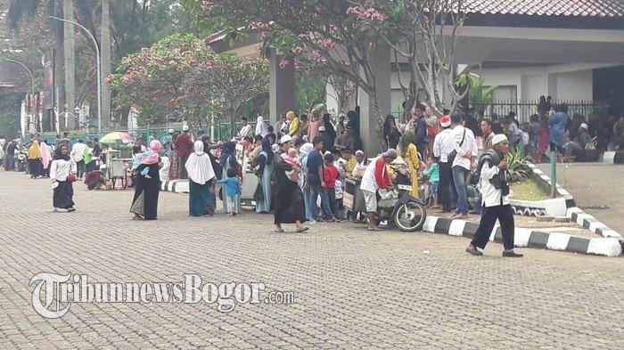 Sejumlah Warga Berkumpul di Tegar Beriman Tunggu Kedatangan Jemaah Haji Bogor