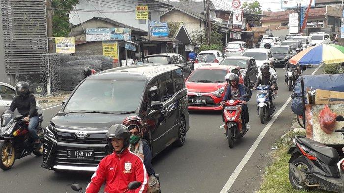 Akhir Pekan, Lalu Lintas di Jalan Raya Puncak Bogor Padat Merayap