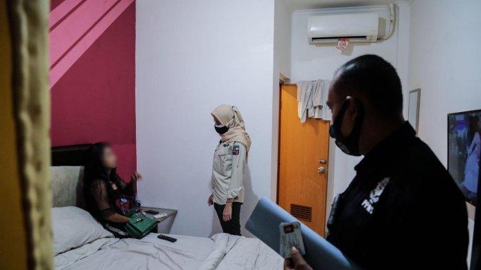 Sebanyak 24 pasangan muda-mudi terjaring razia yang dilakukan tim pemburu pelanggar PPKM Kota Bogor, Rabu (11/8/2021) malam.