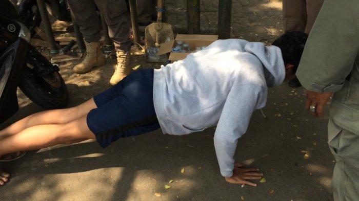 Kena Razia Petugas, Pengendara yang Tak Pakai Masker di Cibinong Disuruh Push Up di Atas Aspal