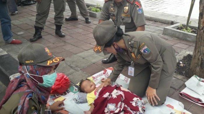 Kabur Saat Razia Satpol PP, Pedagang Tega Tinggalkan Bayinya yang Tertidur di Trotoar