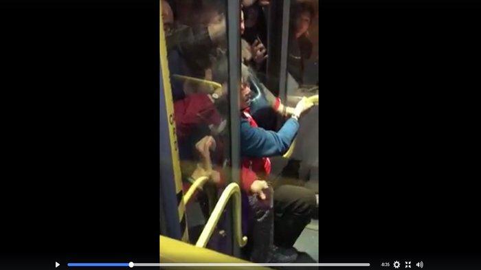 Ini Akibatnya Kalau Tak Ada yang Mau Mengalah Saat Naik Bus, Nenek-Nenek Sampai Terjepit