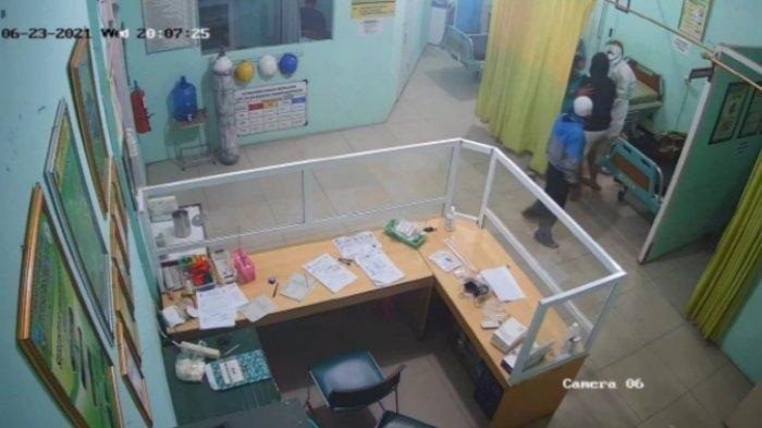 Rekaman CCTV memperlihatkan seorang perawat berhazmat hendak menuntun pasien menuju ranjang pemeriksaan di Puskesmas Pameungpeuk Garut