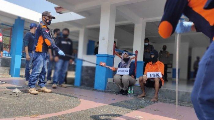 Adegan pelaku dan korban dalam rekonstruksi pembunuhan berantai di Kulon Progo Daerah Istimewa Yogyakarta. Pelaku adalah pemuda 22 tahun yang bekerja sebagai supir.