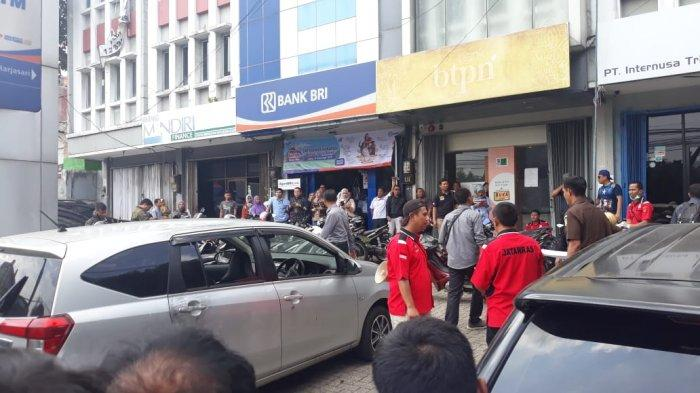 BREAKING NEWS - Rekonstruksi Pembunuhan Driver Taksi Online di Bogor Dipadati Warga
