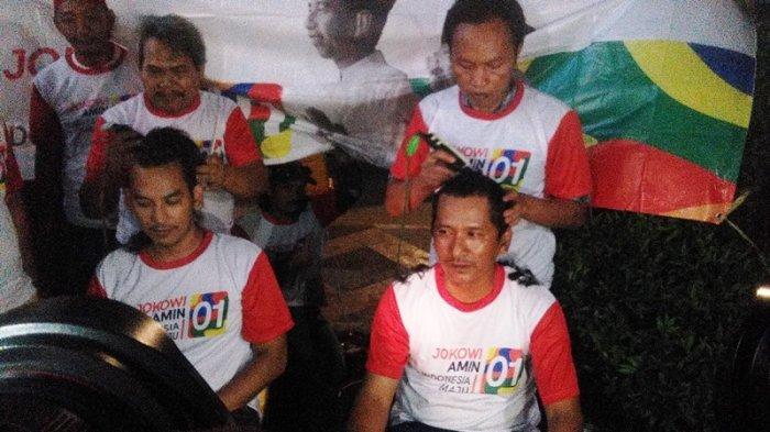 Puluhan Relawan Jokowi-Maruf Amin di Bogor Cukur Rambut Hingga Botak