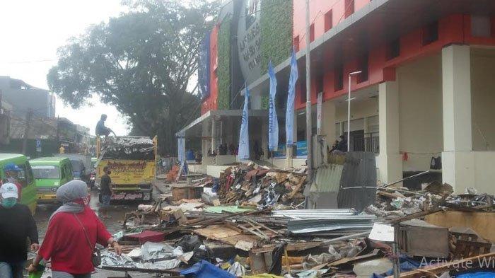 Dipindahkan ke Dalam, PKL Pasar Kebon Kembang di Jalan Dewi Sartika Sibuk Pindahkan Barang