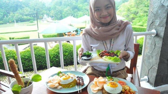 Menikmati makan siang di Resto Kebun Raya Bogor.