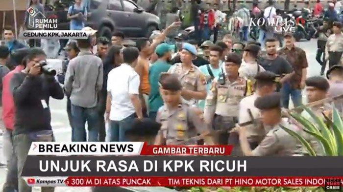 Rusuh Depan Gedung KPK - Bakar Karangan Bunga Dukungan untuk KPK hingga Copot Kain Hitam Save KPK