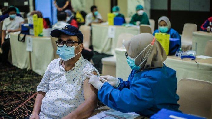 Gubernur Jawa Barat Ridwan Kamil melakukan peninjauan vaksinasi yang digelar di IPB International Convention Center (IICC) Botani Square, Jalan Pajajaran, Kota Bogor, melalui saluran video conference, Senin (8/3/2021).