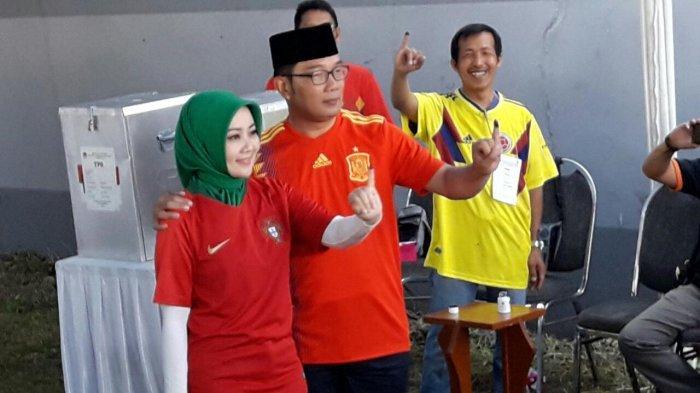Nyoblos di TPS Ini, Ridwan Kamil dan Istri Pakai Jersey Berbeda