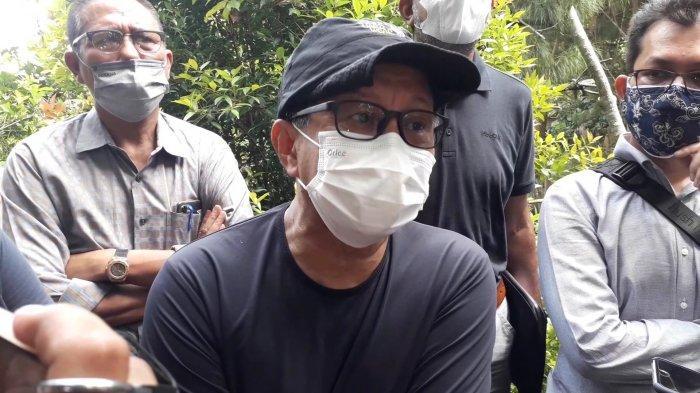 Rocky Bersama kuasa hukum menggelar jumpa pers di rumahnya yang terancam digusur di kawasan Sentul, Desa Bojongkoneng, Kecamatan Babakan Madang, Kabupaten Bogor, Senin (13/9/2021).