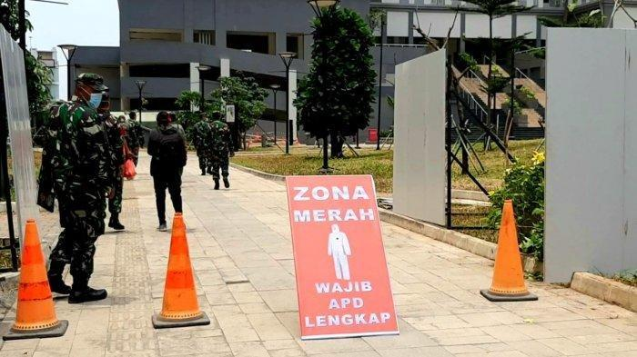 Anggota TNI Jaga Ketat Gerbang Utama RS Darurat Corona