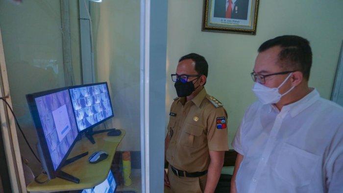 Wali Kota Bogor, Bima Arya dan Rektor IPB Prof Arif Satria meninjau RS lapangan di Asrama IPB University.